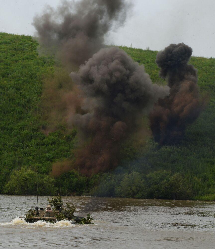 Veículo de combate de infantaria treina cruzamento de um rio durante treinamentos no polígono Sergeesky