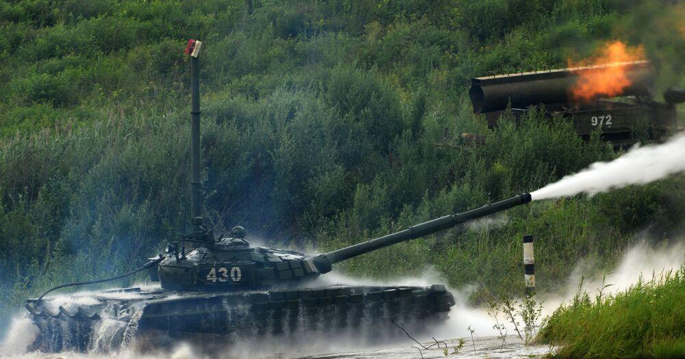 Depois de ultrapassar obstáculos aquáticos, tanque T-72 dispara projéteis contra um alvo virtual