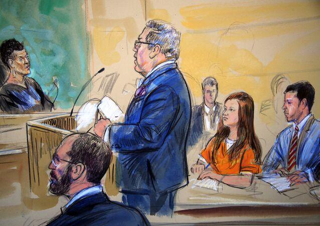 Este esboço do tribunal mostra Maria Butina, de uniforme laranja, ouvindo seu advogado Robert Driscoll, em pé, enquanto ele fala com a juíza Deborah Robinson, à esquerda, durante um audiência em tribunal federal em Washington.