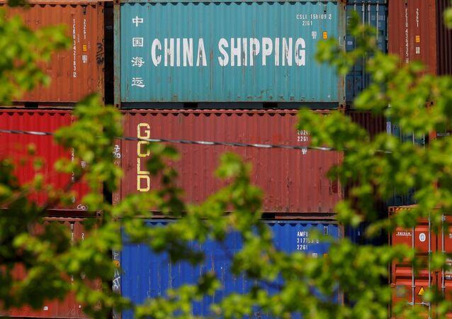 Contêineres de remessa, incluindo o chamado Transporte na China, estão empilhados no Terminal de Contêineres Paul W. Conley em Boston, Massachusetts, EUA, em 9 de maio de 2018