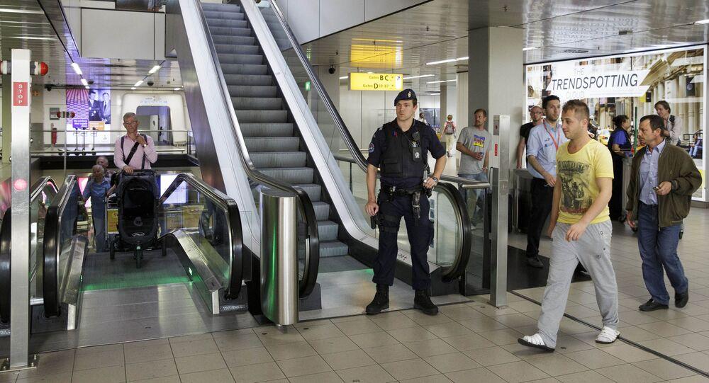 Polícia na escada rolante no aeroporto de Schiphol, em Amsterdã