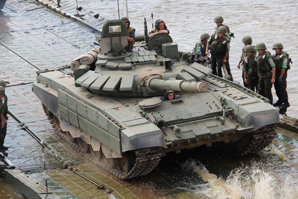Militares russos embarcam tanque de plataforma durante o consurso Otkrytaya Voda 2018
