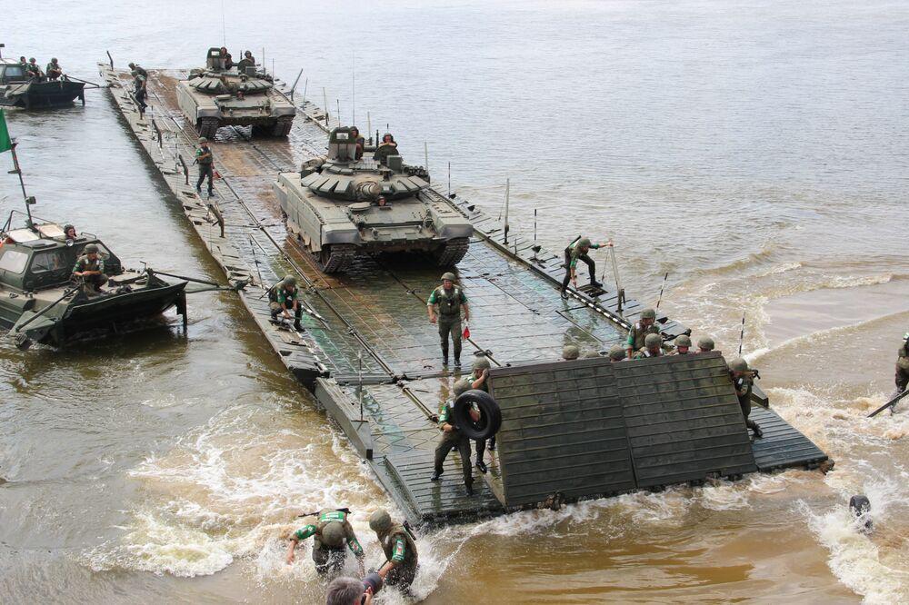 Pontoneiros russos transportam veículos pesados através do rio Oka, durante o consurso Otkrytaya Voda 2018