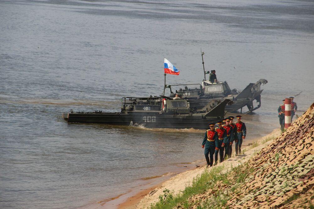 Comandantes russos saem de lanchas durante o concurso Otkrytaya Voda 2018