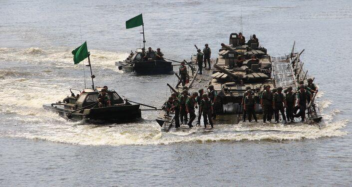 Pontoneiros russos transportam tanques através do rio Oka, durante o concurso Otkrytaya Voda 2018