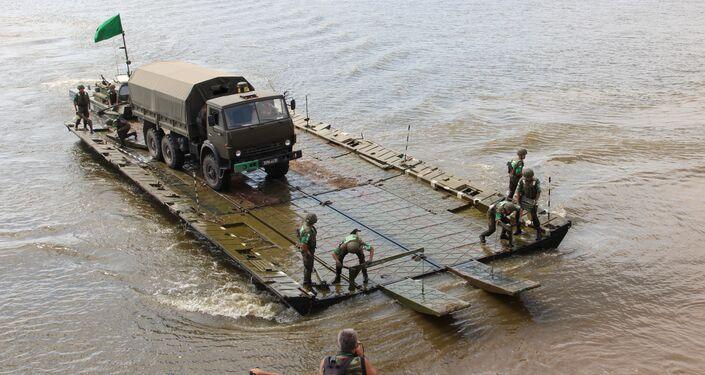 Pontoneiros russos transportam veículos blindados através do rio Oka, durante o concurso Otkrytaya Voda 2018