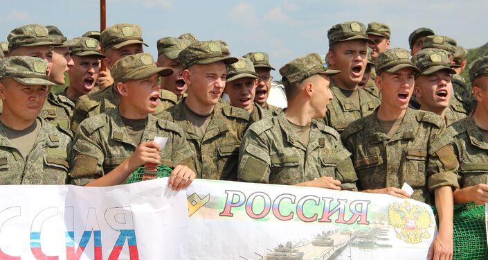 Militares russos apoiam seu time durante o concurso Otkrytaya Voda 2018