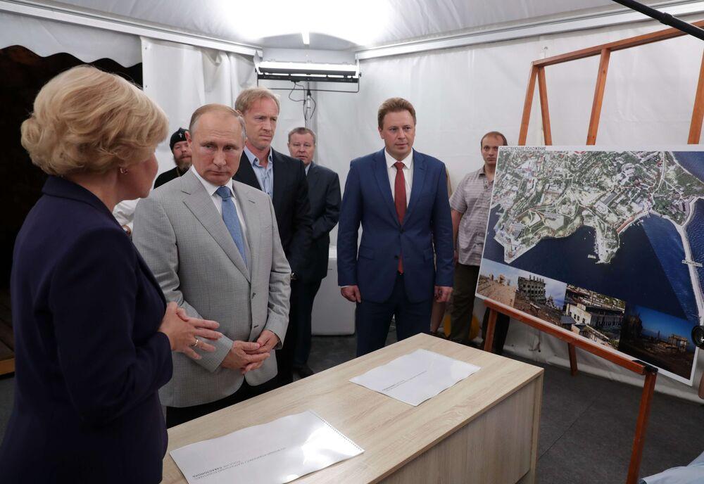 O presidente russo, Vladimir Putin, observa a apresentação de projetos na cidade de Sevostopol durante visita à Crimeia, em 4 de agosto de 2018