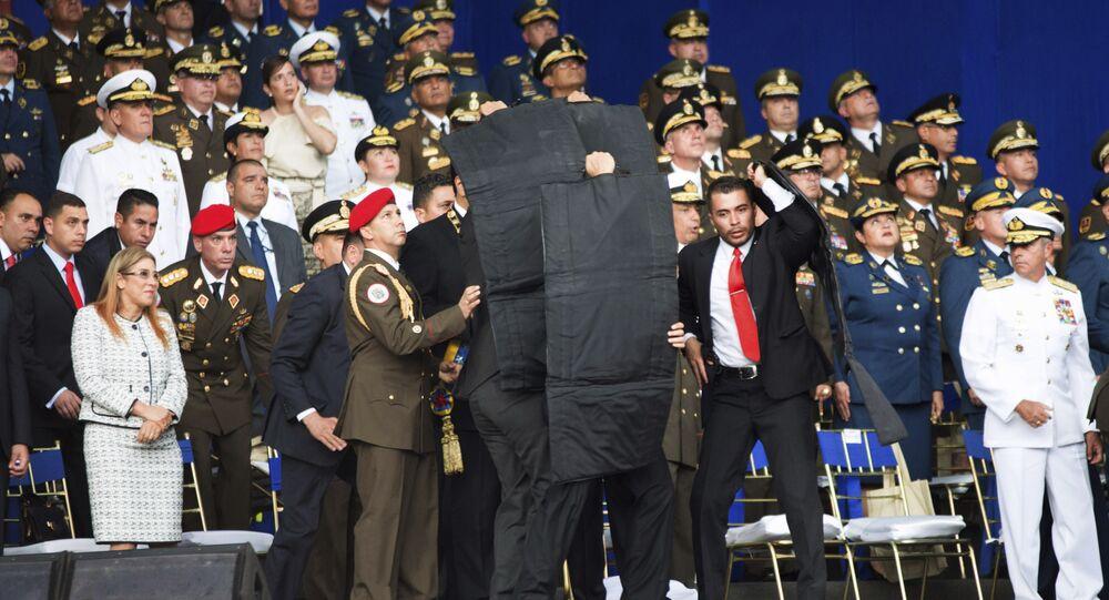 Forças de segurança rodeiam o presidente venezuelano, Nicolás Maduro, durante um atentado contra sua vida, em Caracas, em 4 de agosto de 2018