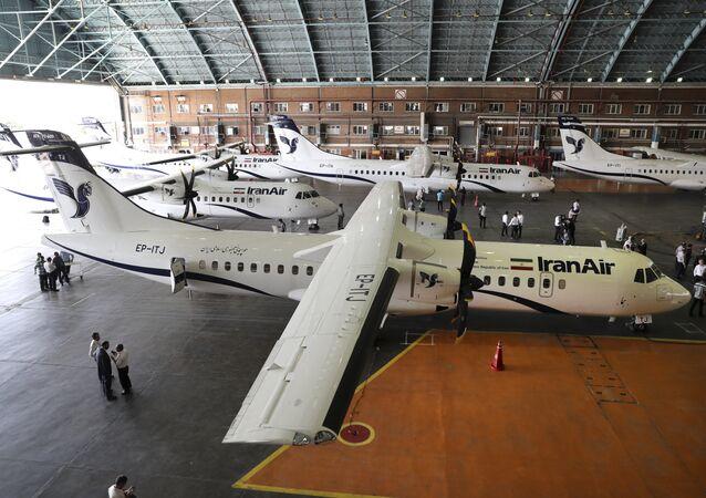 Aeronaves comerciais da Iran Air estacionadas no aeroporto de Mehrabad, em Teerã (arquivo)