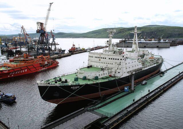 Quebra-gelos nuclear Lenin no porto de Murmansk
