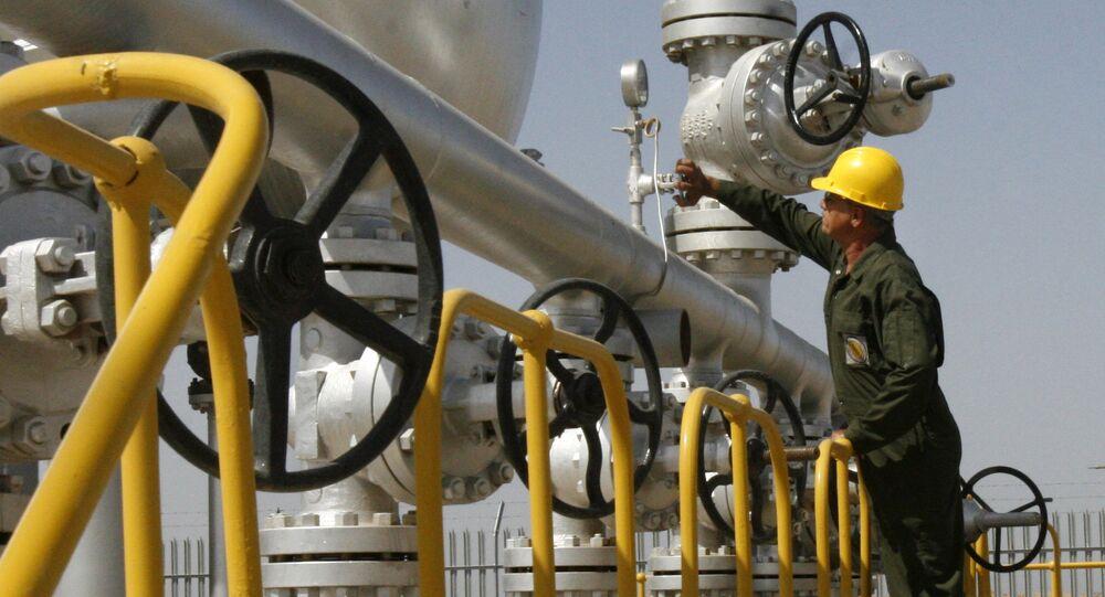 Técnico de petróleo iraniano verifica as instalações do separador de óleo no campo petrolífero de Azadegan, perto de Ahvaz, Irã (imagem referencial)