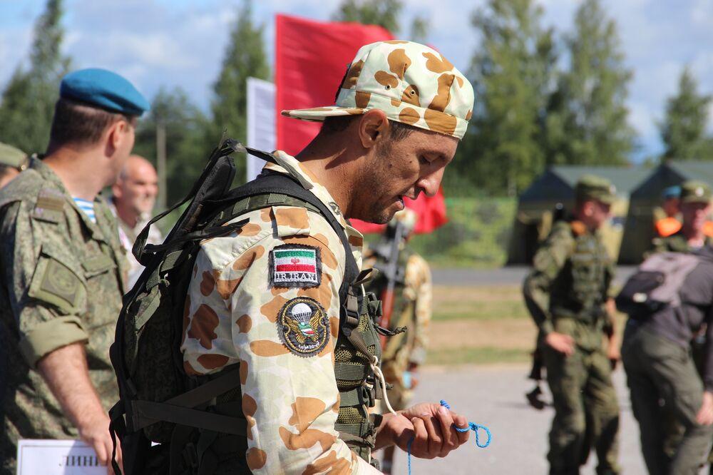 Paraquedista iraniano depois de completar estafeta do concurso Desantny Vzvod (Pilotão de Desembarque), em Pskov