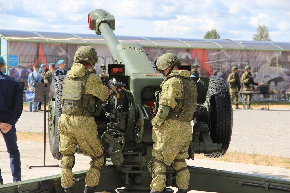 Militares russos aparecem junto à exposição dos armamentos durante o concurso Desantny Vzvod (Pilotão de Desembarque), em Pskov
