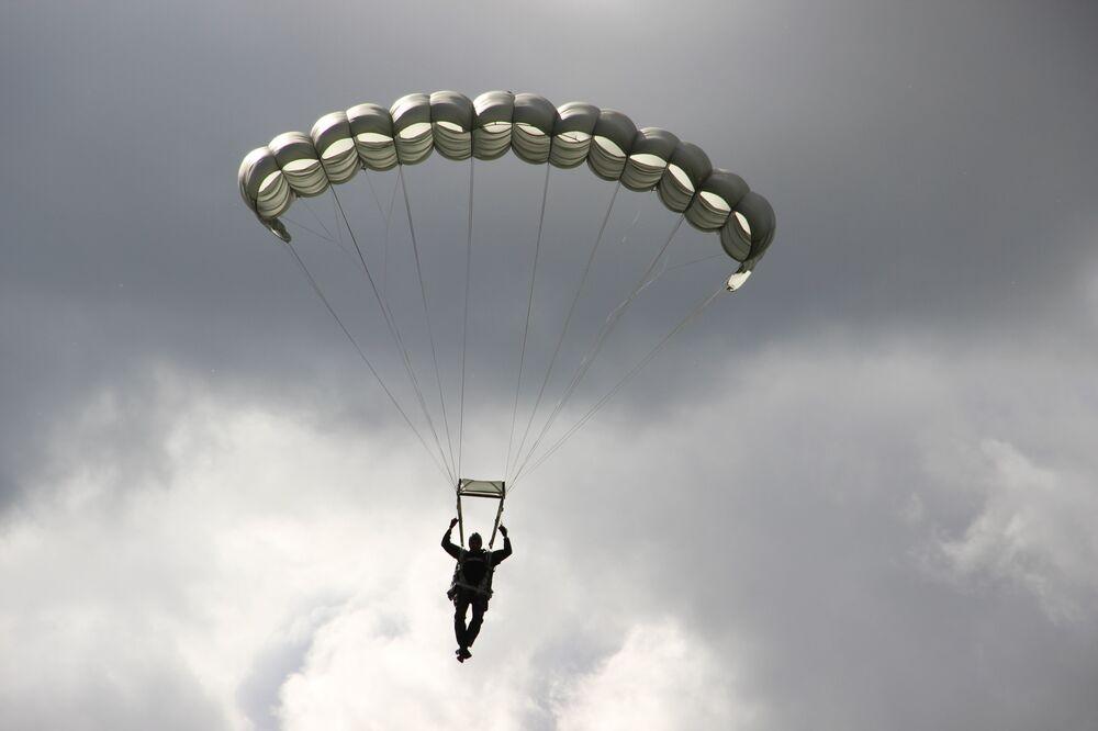 Militar efetua desembarque de helicóptero durante o concurso Desantny Vzvod (Pilotão de Desembarque), em Pskov