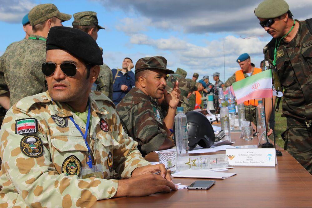 Árbitro iraniano durante a competição do desembarque de helicóptero no concurso Desantny Vzvod (Pilotão de Desembarque), em Pskov