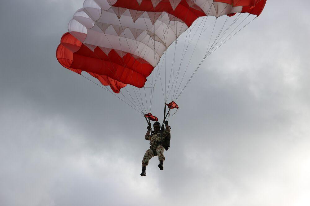 Paraquedista iraniano efetua desembarque de helicóptero durante o concurso Desantny Vzvod (Pilotão de Desembarque), em Pskov