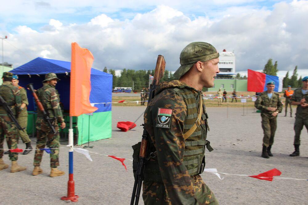 Paraquedista bielorusso durante a estafeta do concurso Desantny Vzvod (Pilotão de Desembarque), em Pskov