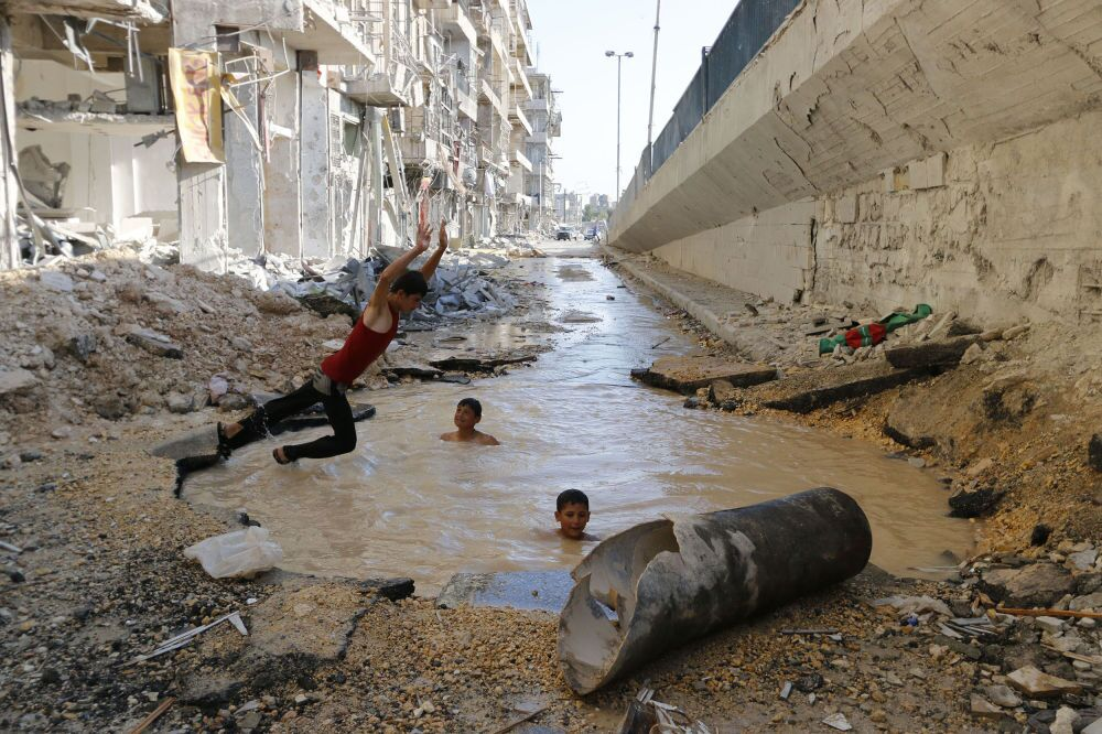 Hosam Katan da Síria - Piscina na Rua (Pool in street)