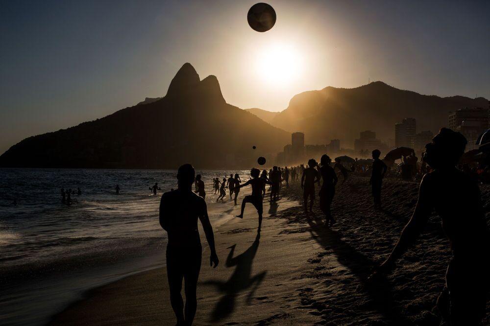 Daniel Rodrigues (Portugal) – Pessoas jogam futebol ao pôr do sol na praia de Ipanema, Rio de Janeiro (People playing soccer ball on Ipanema beach at sunset, Rio de Janeiro)