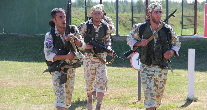 Militares iranianos saem da linha de fogo durante o concurso Desantny Vzvod (Pilotão de Desembarque), em Pskov