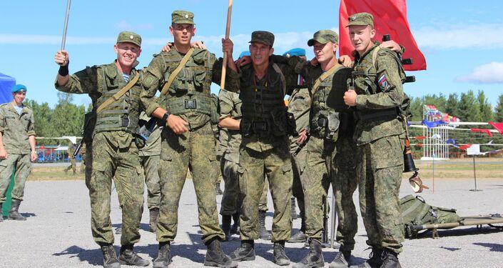 Paraquedistas russos após percorrer estafeta do concurso Desantny Vzvod (Pilotão de Desembarque), em Pskov