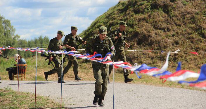 Militares russos se aproximam da linha de fogo durante o concurso Desantny Vzvod (Pilotão de Desembarque), em Pskov