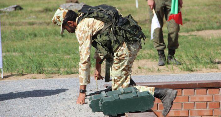 Militar iraniano passa por corrida de obstáculos durante o concurso Desantny Vzvod (Pilotão de Desembarque), em Pskov