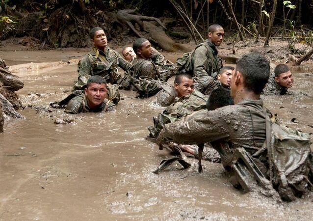 Soldado Arilson com os colegas da Cia Especial de Fronteira de Clevelândia do Norte, no AP
