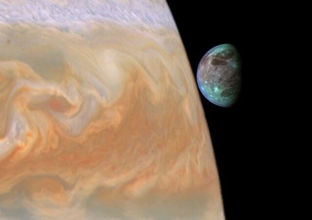 Júpiter e seu maior satélite natural Ganimedes