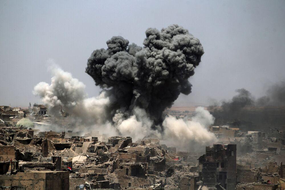 Fumaça levanta-se sobre a cidade iraquiana de Mossul, após ataques aéreos da coalizão liderada pelos EUA