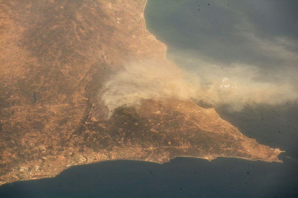 A imagem, tirada da Estação Espacial Internacional, mostra a costa de Portugal em chamas