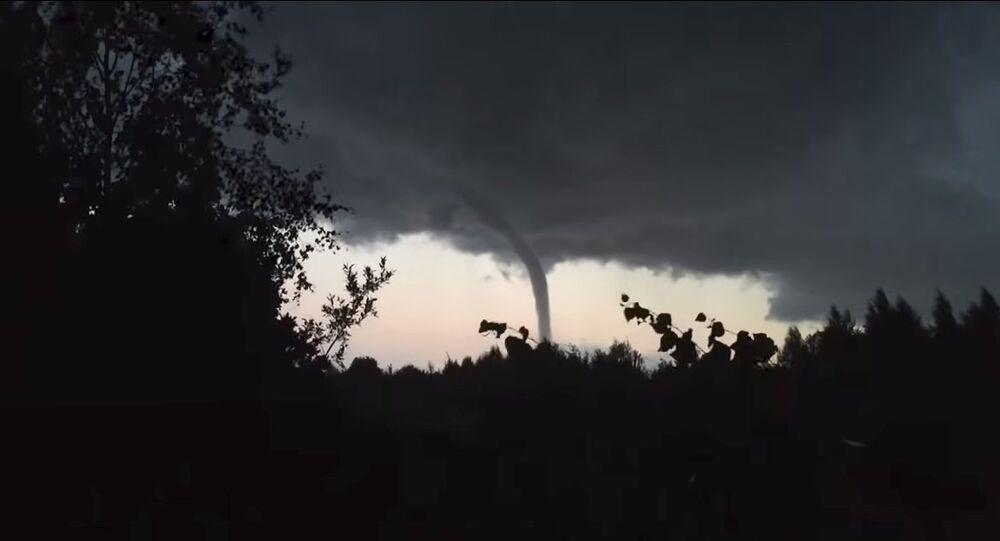Tornado no lago Ladoga, na Russia