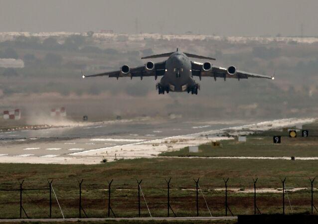 Um avião da Força Aérea dos EUA decola da base aérea de Incirlik, sul da Turquia (foto de arquivo)