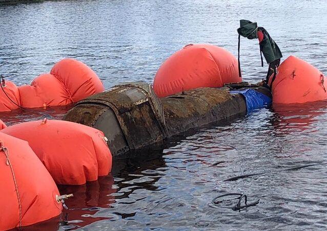 Resgate do avião de ataque Il-2 do fundo do lago na região russa de Murmansk