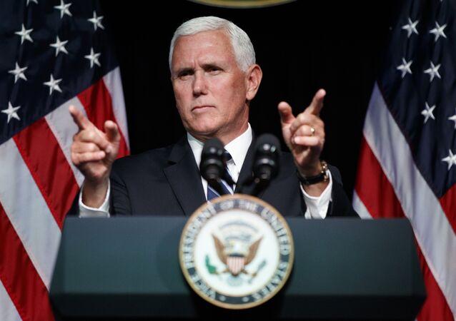 O vice-presidente dos EUA, Mike Pence, gesticula durante o evento de criação da Força Espacial dos EUA.