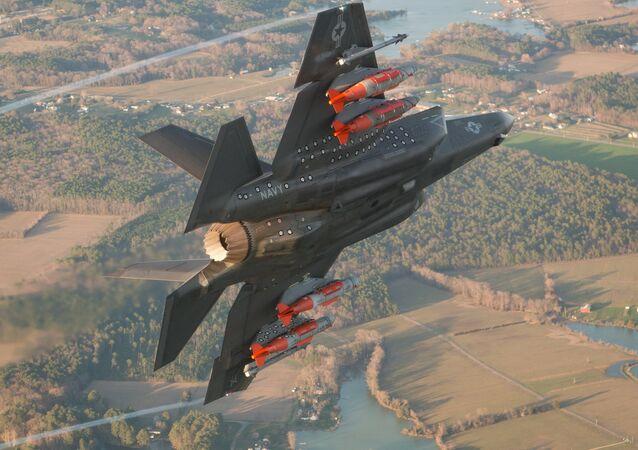F-35 com armamento nas asas