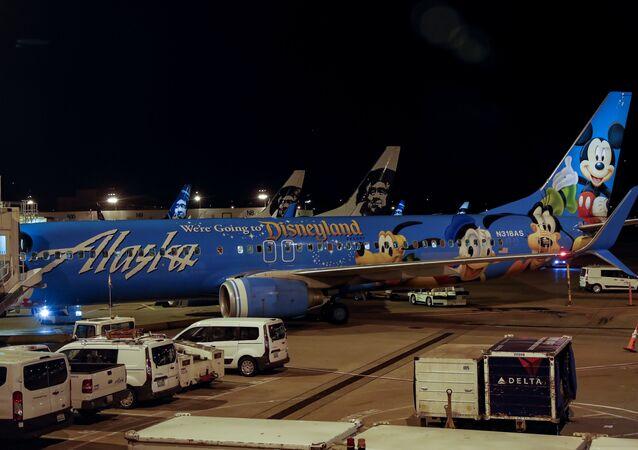 Aviões da empresa aérea Air Alaska estacionados no aeroporto de Seattle