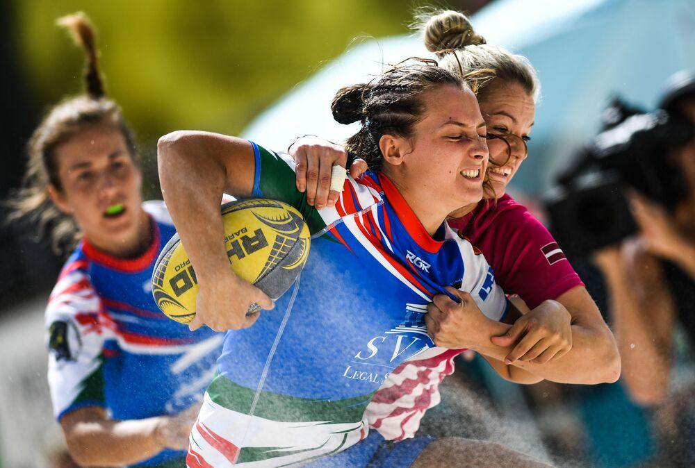 Jogadora de equipe italiana e jogadora letã em uma partida do Campeonato Europeu de Rúgbi de Praia