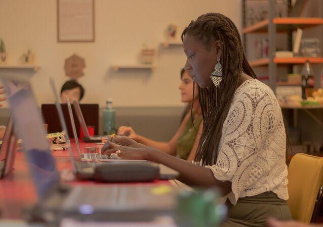 Projeto PretaLab busca mapear e incluir mulheres negras no setor de tecnologia e inovação.