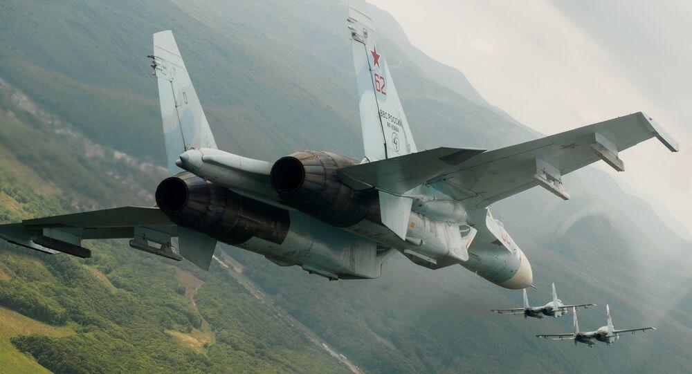 Caças Su-27 durante voos de demonstração (imagem referencial)