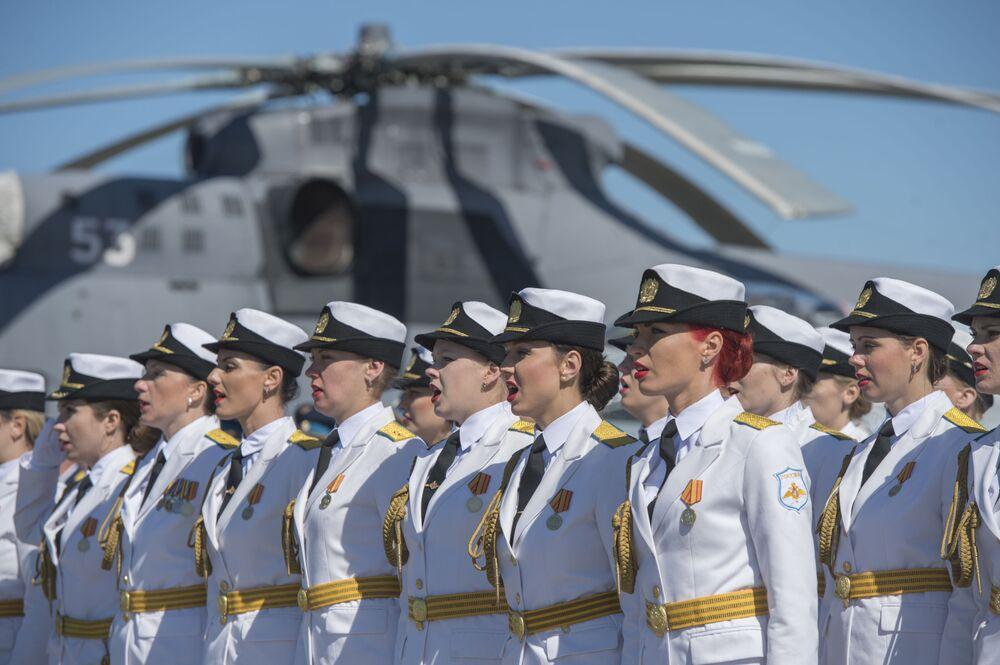 Formatura solene das militares durante as celebrações do 75º aniversário do surgimento do 6º exército da Força Aérea e da Defesa Antiaérea da Rússia