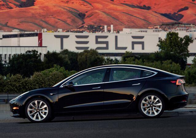 Veículo modelo da companhia automobilística norte-americana Tesla (arquivo)