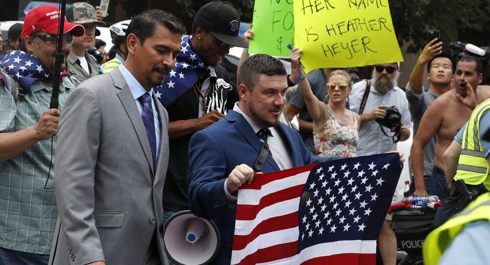 Jason Kessler, líder do Unite the Right durante protesto após um ano dos eventos de Charlottesville.