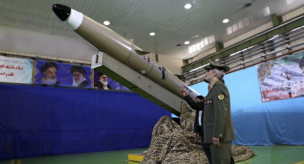 Apresentação do novo míssil balístico iraniano Fateh (foto de arquivo)