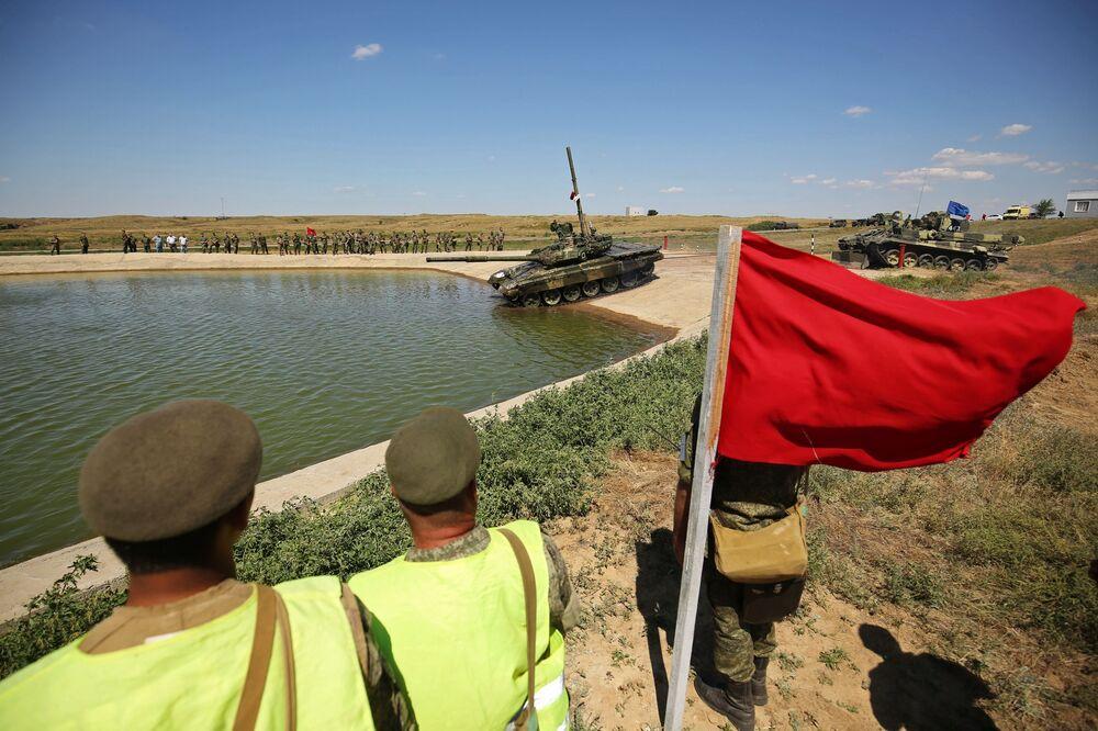 Tanque T-90A entra na água durante os treinamentos de superação de obstáculos aquáticos na região de Volgogrado.