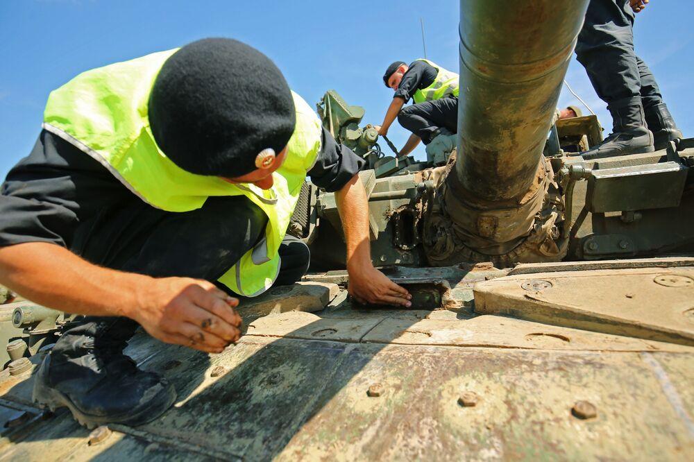 Militares preparando um tanque T-90A para atravessar uma barreira aquática.