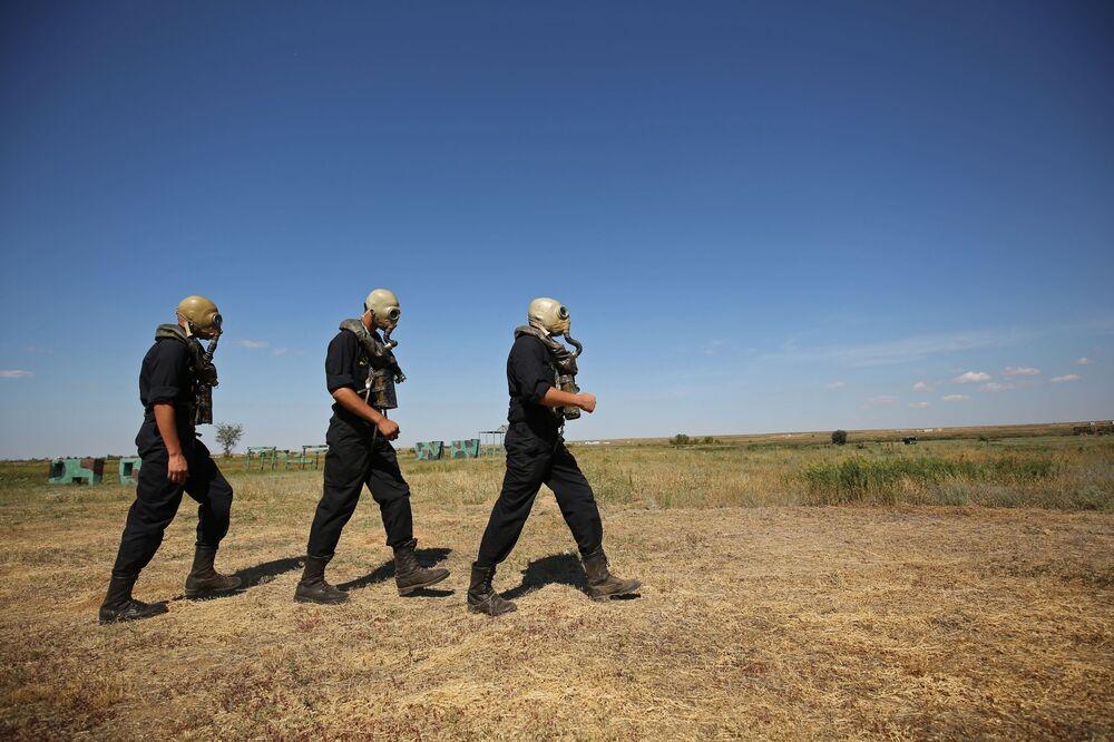 Militares durante os treinamentos de superação de obstáculos aquáticos em veículos blindados das unidades de infantaria mecanizada e tanques do Distrito Militar do Sul na região de Volgogrado.
