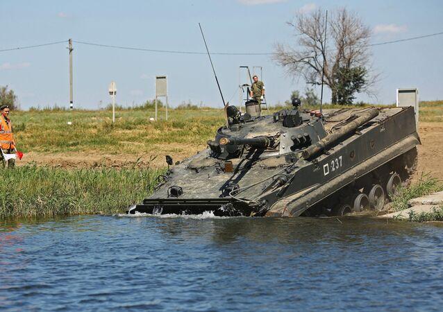 Veículo de combate de infantaria BMP-3 participando das manobras na região de Volgogrado.