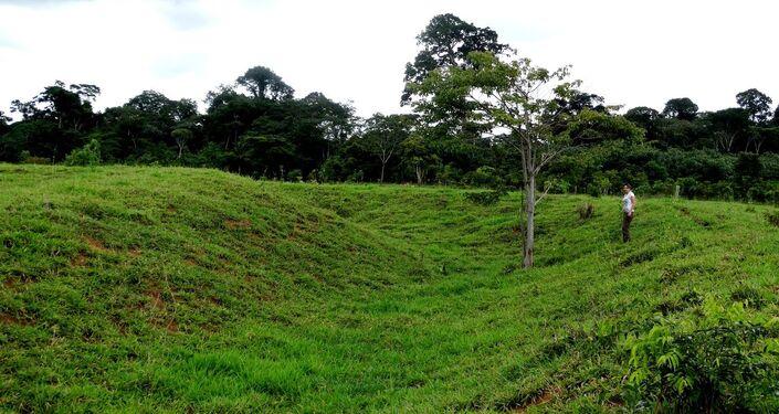 Pesquisadora na cratera de novo geoglifo descoberto na Amazônia
